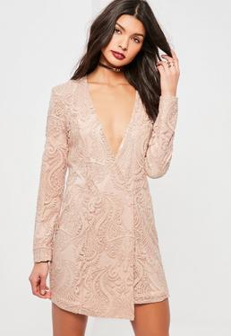 Różowa kopertowa sukienka z ozdobnym haftem cekinami i głębokim dekoltem