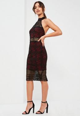 Burgundowa sukienka midi z koronki i dekoltem halter