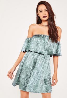 Niebieska satynowa rozkloszowana sukienka z odkrytymi ramionami i falbanką
