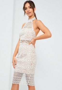 Biała dopasowana koronkowa sukienka midi z odkrytymi plecami i dekoltem halter
