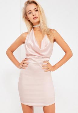 Blado różowa krótka satynowa sukienka zapinana na szyi Galore.