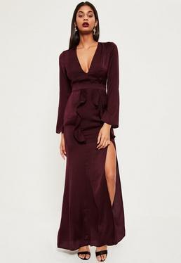 Burgundowa jedwabna sukienka maxi z głębokim dekoltem rozporkiem i ozdobnymi falbankami