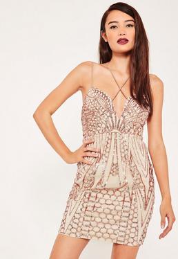 Beżowa dopasowana sukienka na ramiączkach z cekinami i modnymi paskami na dekolcie