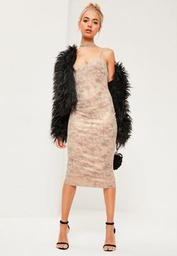 Beżowa zamszowa sukienka midi z odkrytymi plecami na ramiączkach
