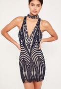 Granatowa dopasowana sukienka z koronką z głębokim dekoltem i chokerem