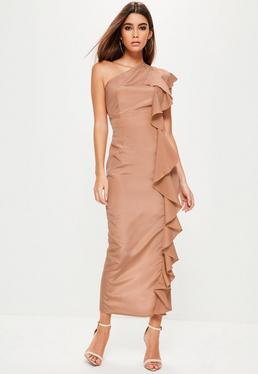Różowa sukienka maxi na jedno ramię z ozdobnymi falbanami