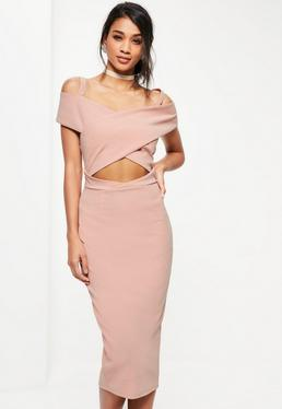 Różowa sukienka midi na ramiączkach z wycięciem na brzuchu