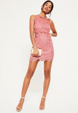 Różowa dopasowana sukienka z koronki i siateczki