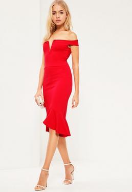 Czerwona sukienka bardotka midi z falbanką i wycięciem w serek na dekolcie