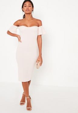 Beżowa dopasowana sukienka midi z odkrytymi ramionami