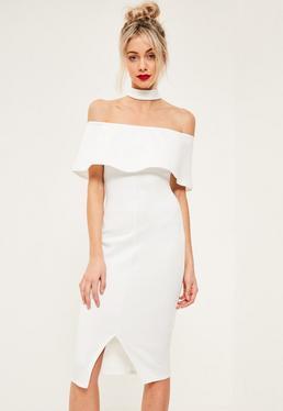 Biała dopasowana sukienka bardot z falbanką z chokerem