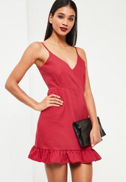 Czerwona dopasowana sukienka z głębokim dwekoltem zakończona falbanką