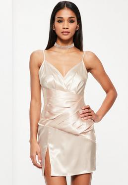 Beżowa satynowa sukienka na ramiączkach z pomarszczonym panelem