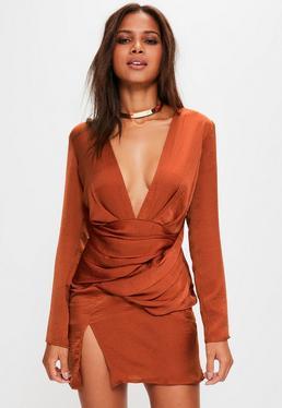 Pomarańczowa pomarszczona sukienka z głębokim dekoltem i długimi rękawami