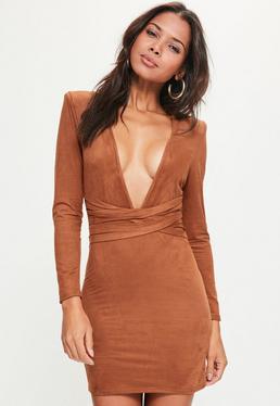 Pomarańczowa dopasowana zamszowa sukienka z ozdobnym wiązaniem w pasie
