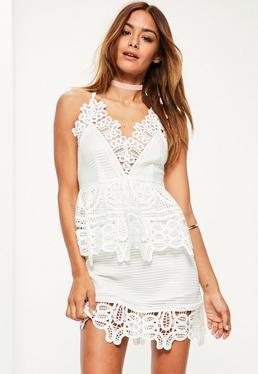 Biała sukienka z wstawkami z grubej koronki