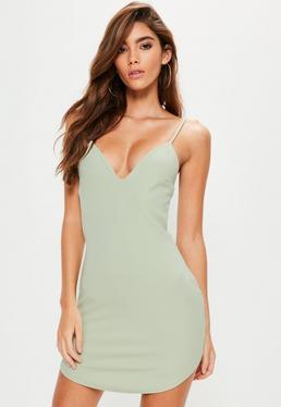Zielona dopasowana sukienka na ramiączkach z glębokim dekoltem