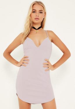 Liliowa dopasowana sukienka na ramiączkach z głębokim dekoltem