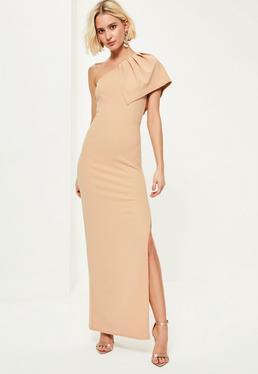 Beżowa sukienka maxi na jedno ramię z krepy