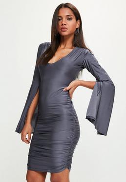 Niebieska pomarszczona sukienka midi z rozciętymi szerokimi rękawami