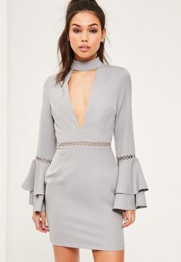 Szara dopasowana sukienka z chokerem i falbankami na rękawach