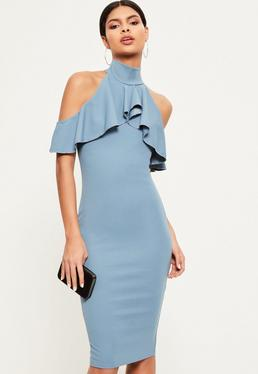 Niebieska dopasowana sukienka midi z golfem wyciętymi ramionami i ozdobnymi falbankami