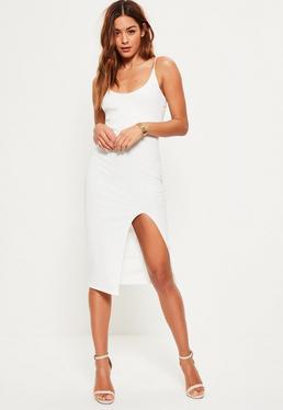 Miniklleid mit feinen Trägern und vorderem Schlitz in Weiß