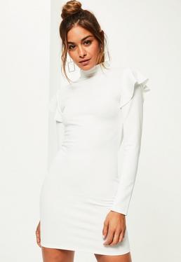 Biała dopasowana sukienka z golfem i ozdobnymi falbankami