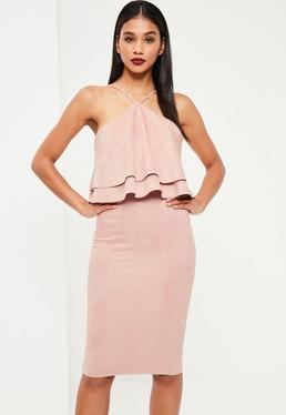 Różowa zamszowa sukienka midi z falbanami