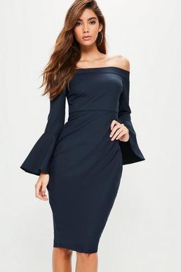 Granatowa sukienka midi bardot z długimi rękawami z falbankami