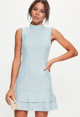 Niebieska dopasowana sukienka zakończona podwójną falbanką