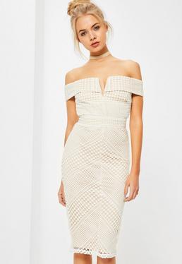 Biała sukienka midi bardot z koronki i wycięciem w serek