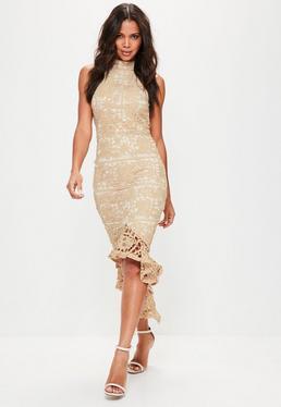 Beżowa koronkowa sukienka z falbaną