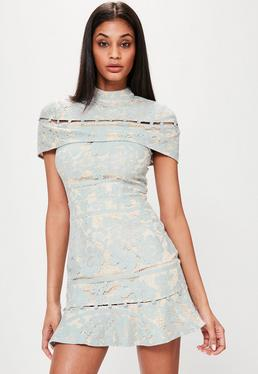 Niebieska koronkowa sukienka z ozdobnymi guzikami i falbanką
