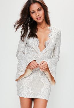 Beżowa dopasowana koronkowa sukienka z szerokimi rękawami i głębokim dekoltem