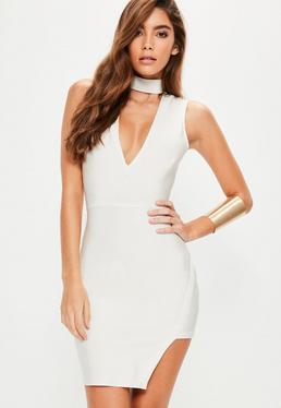 Biała dopasowana bandażowa sukienka z chokerem i asymetrycznym dołem