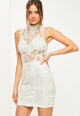 Biała dopasowana sukienka mini z grubej koronki