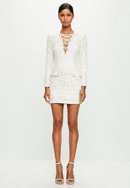 Peace + Love Biała dopasowana koronkowa sukienka z wiązaniem na dekolcie
