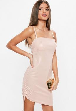 Różowa dopasowana pomarszczona sukienka na ramiączkach