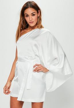 Biała jedwabna sukienka na jedno ramię wiązana w pasie