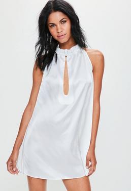 Seidig Glänzendes Swingkleid mit Rüschenhals und Dekolletee-Ausschnitt in Weiß