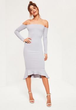 Szara sukienka bardot zakończona falbanką