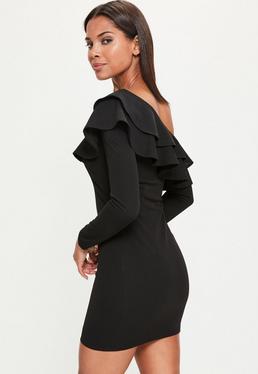 Czarna dopasowana sukienka opadająca na jedno ramię z ozdobnymi falbanami