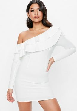 Biała dopasowana sukienka z odkrytym ramieniem i falbanką