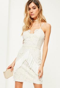 Biała dopasowana sukienka koronkowa z ozdobnymi frędzlami