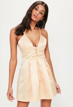 Beżowa rozkloszowana sukienka na ramiączkach z wiązaniem