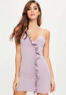 Fioletowa dopasowana sukienka na ramiączkach z ozdobnymi falbanami