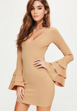 Beżowa dopasowana sukienka z głębokim dekoltem i falbankami na rękawach