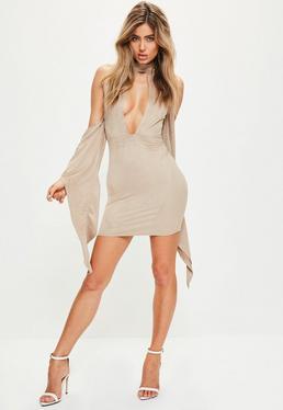 Beżowa zamszowa sukienka z wycięciem na dekolcie i rozciętymi szerokimi rękawami