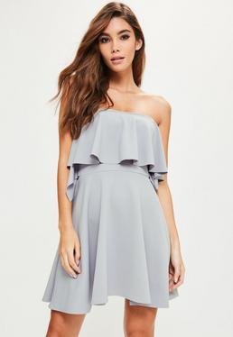 Fioletowa rozkloszowana sukienka bardot z falbanami